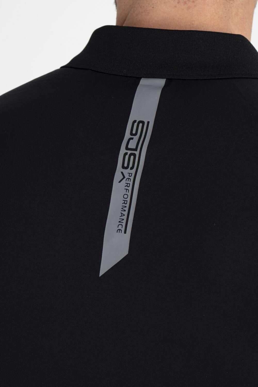 zwart sport shirt achterkant man