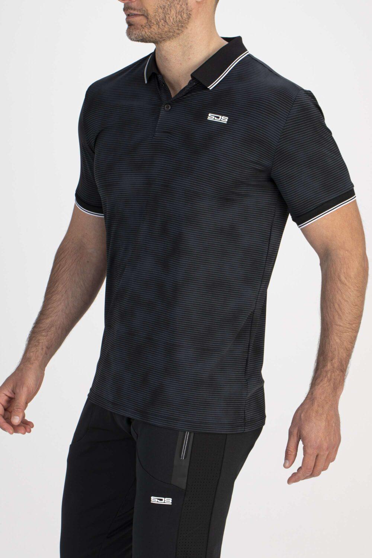 zwart shirt man zijkant